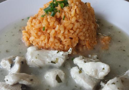 Krůtí maso se smetanovou omáčkou, rajčatová rýže