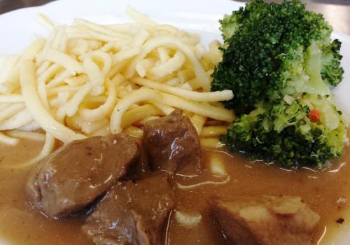 Hovězí maso s dušenou brokolicí, spätzle