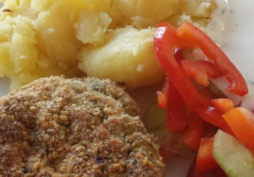 Karbanátek z krůtího masa se špenátem, brambory, zeleninová obloha - 28.11.2016