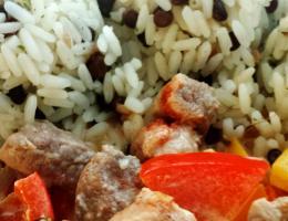 Kuřecí se zeleninou, rýže s čočkou beluga