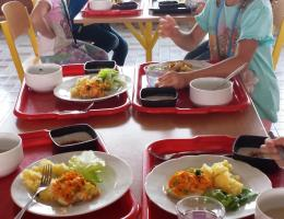 Prvňáčci na obědě